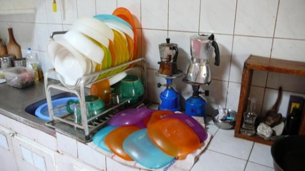 La vaisselle des écuelles, deux fois par jour.