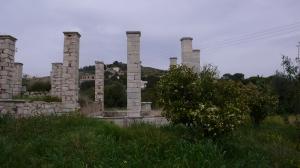 Ces colonnes entourent un immense bassin, probablement couvert dans le temps.