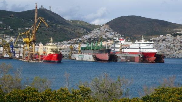 """Le chantier naval, et la colline """"catholique"""" d'Ano Syros, depuis le Lazareto - qui a été le lazaret de la ville, puis la prison, et maintenant la zone d'abandon des chiens..."""